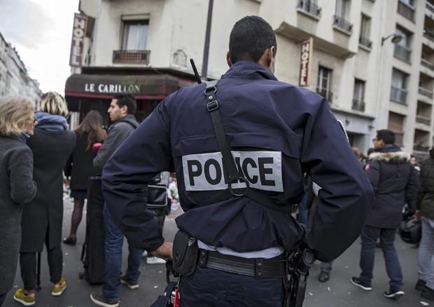 Parigi, blitz della polizia per stanare un sospetto terrorista barricato in casa