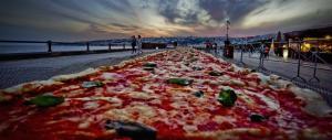 Pizza da record a Napoli: 2 chilometri di impasto per entrare nel Guinness