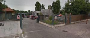 Roma, arrestati due romeni sorpresi a rubare il gasolio dai mezzi dell'Ama