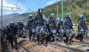 Brennero, scontri fra black bloc e forze dell'ordine
