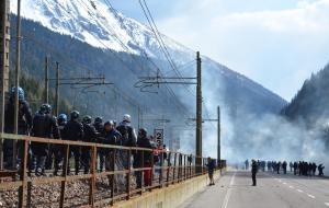 Brennero, scontri fra le forze dell'ordine e 500 black bloc