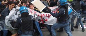 Bologna, i democratici gruppettari distruggono i libri di Salvini (fotogallery)