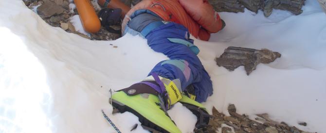 Un'altra vittima dell'Everest: alpinista olandese raggiunge la vetta e muore