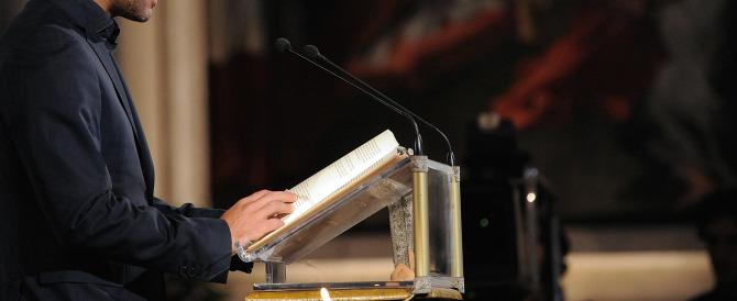 """Legge la Bibbia al Consiglio comunale, l'Aula insorge: """"zitto, qui siamo laici""""…"""