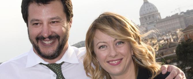 Gli zingari di Roma mandano i bambini a insultare Salvini e Meloni