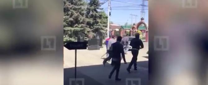 Scene di guerriglia al cimitero di Mosca: decine di vittime (VIDEO)
