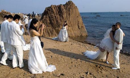 Sposarsi in spiaggia per risparmiare sulle scarpe: ecco le nozze low cost