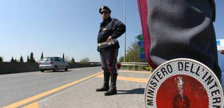 Quattro rom seminano panico in autostrada: da film le fasi dell'arresto