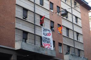 L'immobile occupato abusivamente in via Irnerio, in corso di sgombero, Bologna, 3 maggio 2016. FRange violente dei Centri Sociali aggrediscono la polizia in assetto antisommossa, davanti all'ingresso dello stabile
