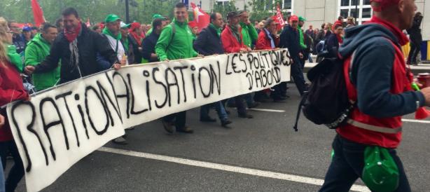 Bruxelles, feriti al corteo anti-austerity. La polizia usa gli idranti (video)
