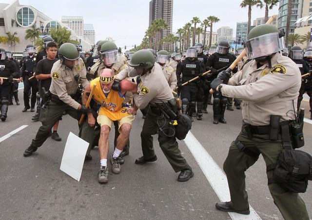 Ormai è vizio: al comizio di Trump a San Diego scontri e arresti (fotogallery)