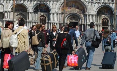 """Pugno di ferro di Brugnaro: """"beccati"""" a Venezia 100 bed & breakfast irregolari"""