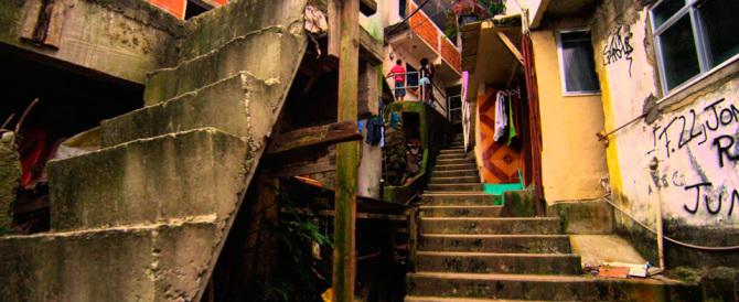 Brasile sotto choc: in 33 stuprano una 16enne, poi postano il video sul web