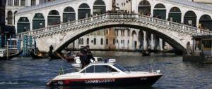 Venezia, si butta nel Canal Grande dal ponte di Rialto e centra un…taxi!