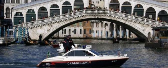 Venezia, ruba un taxi acqueo e sfreccia sul Canal Grande. Arrestato