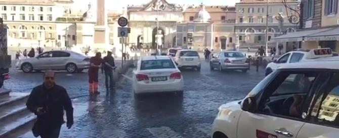 Roma vergogna: Piazza del Popolo trasformata in un autolavaggio (video)