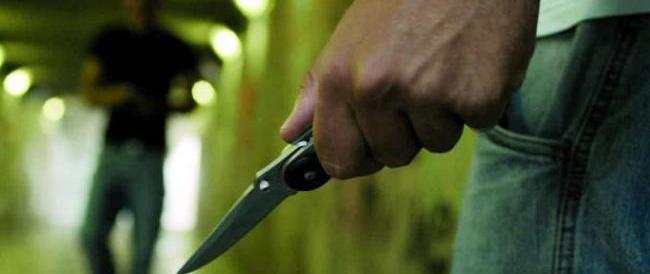Uccide a coltellate la fidanzata e poi tenta il suicidio: arrestato dai carabinieri