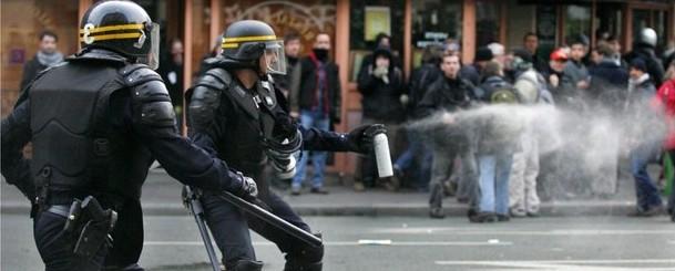 """La polizia francese: basta con """"l'odio anti-sbirri"""", il governo ci tuteli"""
