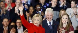 """Hillary """"ingaggia"""" Bill per rivitalizzare l'economia. «Mio marito è il migliore»"""