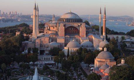 Istanbul, migliaia di musulmani davanti a Santa Sofia: rivogliamo la moschea