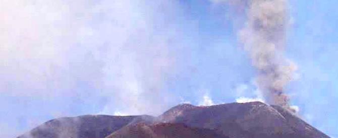"""L'Etna si è risvegliato: fumo e lava, codice """"giallo"""" della Protezione civile"""