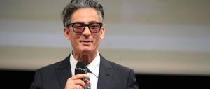 Lo show di Fiorello che sdrammatizza la sfida di Roma con l'arma dell'ironia