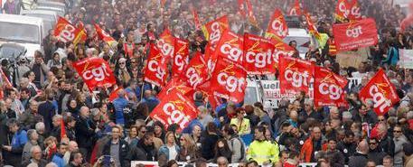 Benzina, la Francia è a secco. Scontri alle raffinerie tra polizia e sindacati