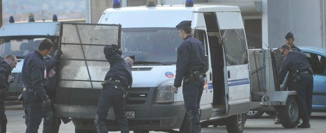 Caos a Parigi: donna in niqab bloccata sulla tangenziale. È un'integralista