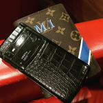 Inserti in titanio e cuoio, cover griffata: questo smartphone di lusso ha fatto arrabbiare molti fan del calciatore. (Foto Instagram)