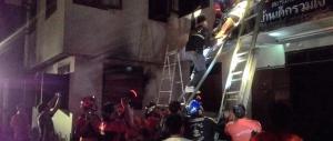 In fiamme il dormitorio di un collegio femminile in Thailandia: 17 le vittime