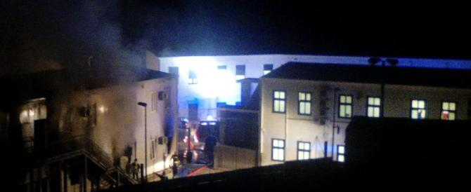 Tunisini appena sbarcati incendiano il centro di accoglienza di Lampedusa