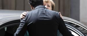 Renzi in ginocchio e la Merkel dice: quant'è bravo, apprezzo le sue riforme
