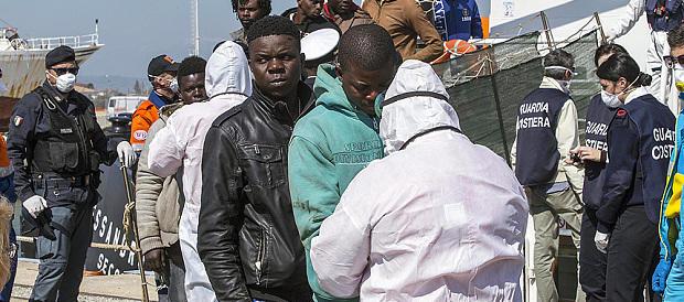 Sequestrano volontaria di un centro profughi: arrestati 10 migranti africani