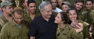 Netanyahu a Monaco mostra il pezzo del drone iraniano abbattuto (video)