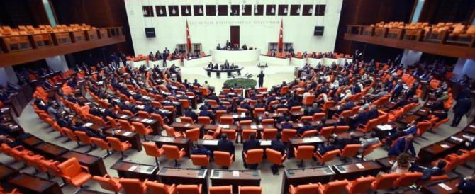 Turchia, offensiva anti-curda: tolta l'immunità ai deputati indagati