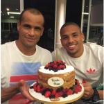 Il calciatore con la torta di compleanno. (Foto Instagram)