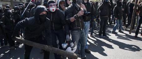 Parigi: ora sono gli antagonisti ad assaltare il corteo della polizia