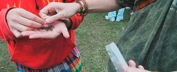 Marijuana in classe in terza media: sospesi e bocciati. Ma il sindaco dem li difende