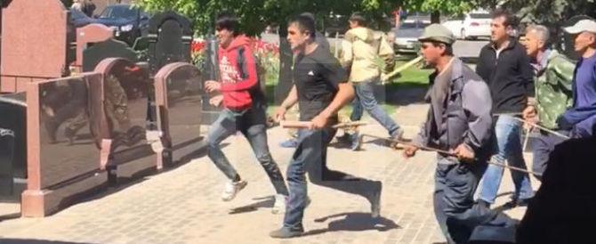 Violenti scontri al cimitero di Mosca: morti e feriti, un bilancio ancora incerto