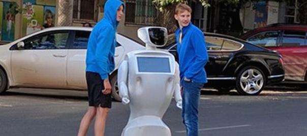 """Robot trova la porta aperta, """"fugge"""" dal laboratorio e provoca un ingorgo"""