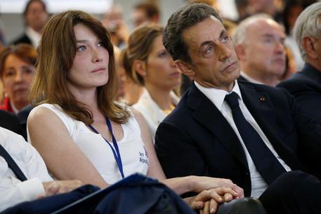 Carla Bruni: se Sarkozy mi tradisse potrei tagliargli la gola