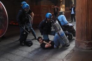 Bologna: scontri Polizia-collettivi Piazza Maggiore