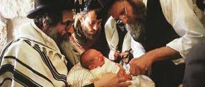 Il giudice sentenzia: gli ebrei possono fare la circoncisione da soli, gli altri no