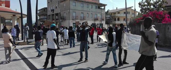 """Rosarno, corteo degli immigrati contro i carabinieri e l'Italia: """"siete razzisti!"""""""