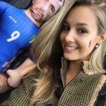 """Vicky Varga è la fidanzata di Graziano Pellè. Eccola allo stadio col """"gonfiabile"""" di lui. (Foto Instagram)"""