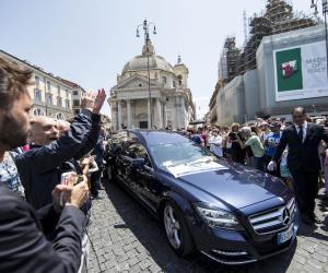 Commozione ai funerali di Bud Spencer: la folla lo saluta così (video)