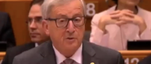 Juncker a Farage: «Mi sorprende vederla qui, non era uscito dalla Ue?» (Video)