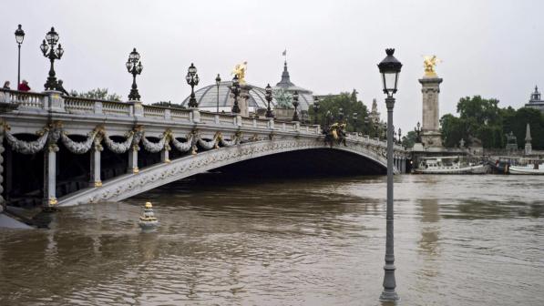 Parigi, la Senna mette paura, potrebbe toccare i 6 metri: si temono altre vittime