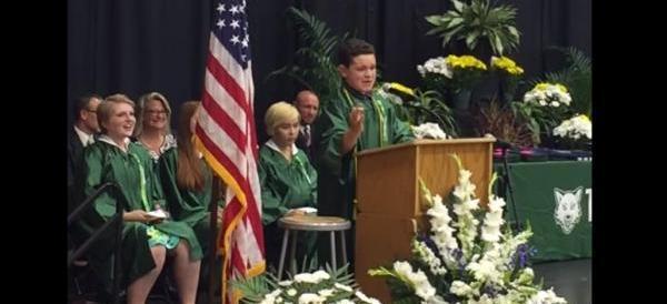 Imita Trump alla festa del diploma. Studente spopola sul web (VIDEO)
