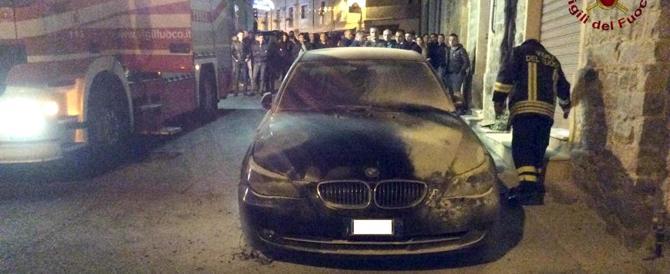 Attentato alla vigilia delle elezioni, bruciata l'auto del sindaco di Fonni